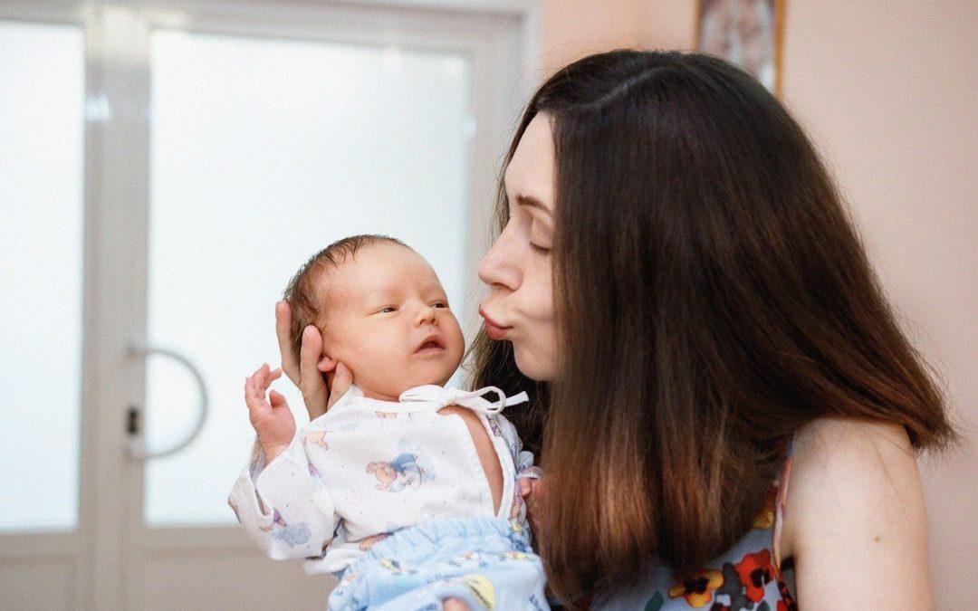 Jaký dárek pro novopečenou maminku a její miminko?